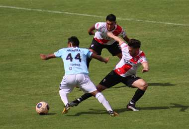 Darío Torrico y Fernando Saucedo en el duelo por la pelota. Foto: APG