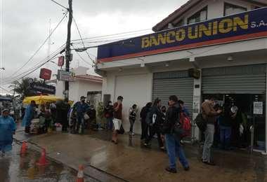 Continuan filas para recibir el bono. Foto: Juan Delgadillo