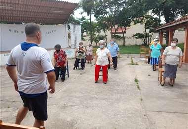Diversión y alegría acompaña la terapia de baile para adultos mayores