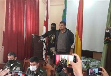 El delincuente atrapado y presentado por la Policía en Sucre.