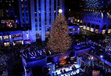 Vista panorámica de la plaza del Rockefeller Center en Nueva York, con su árbol navideño
