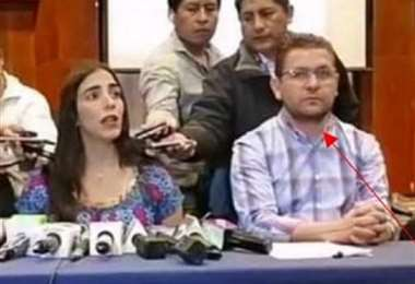 Valenzuela aparece al lado de Gabriela Montaño.