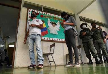 En los centros de votación se cuidó el distanciamiento físico /AFP
