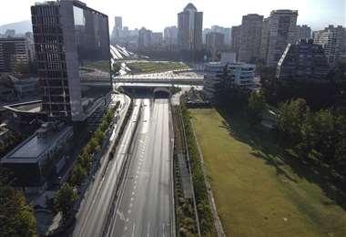 Así lució la avenida Kennedy en Chile, durante el confinamiento /AFP