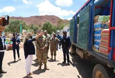 La presidenta de Aduana con militares en el decomiso de un camión con contrabando/DM