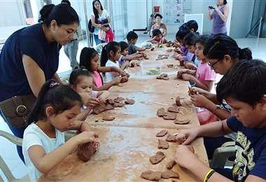 Niños trabajando la arcilla/Foto: Alcaldía cruceña
