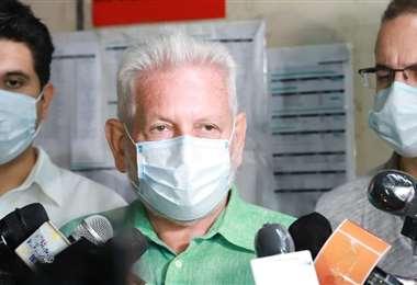 Foto referencial, el gobernador (centro) deberá esperar hasta marzo para el juicio oral