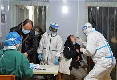 En China realizan pruebas ante la aparición de nuevos casos. Foto AFP