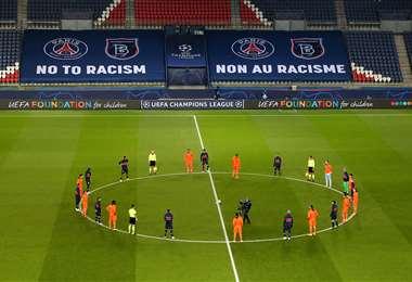 Los jugadores y los árbitros se arrodillaron contra el racismo. Foto: AFP