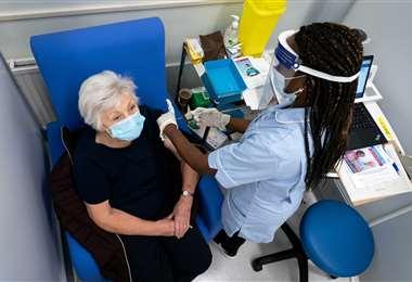 Miles de personas ya fueron vacunadas contra el Covid-19 en Reino Unido. Foto AFP
