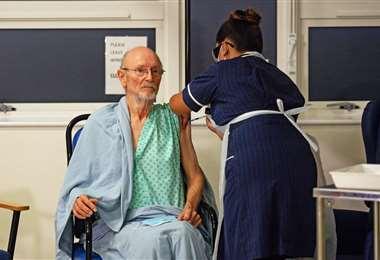 William Shakespeare es la segunda persona que recibió vacuna contra el Covid-19. Foto: AFP