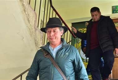 César Navarro y Pedro Damián Dorado saliendo de la Felcc para dirigirse al aeropuerto de El Alto   Foto: APG
