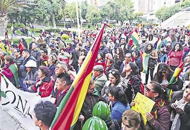 Miembros del Conade y activistas se movilizaron en La Paz exigiendo a los políticos que se unan | Foto: Página Siete