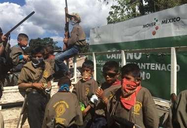 La Policía Comunitaria de la Coordinadora Regional de Autoridades Comunitarias de Chilapa, Guerrero, presentaron en días anteriores niños armados para defenderse de las bandas del narcotráfico. Foto: El Universal