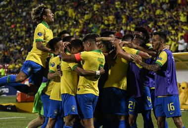 Los jugadores de Brasil, celebran la clasificación a los Juegos Olímpicos Tokio-2020. Foto. AFP
