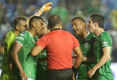 Olguín, Castillo y Bueno le reclaman al árbitro. Los refineros esta vez padecieron ante un rival que jugó mejor y fue más efectivo. Ricardo Montero