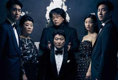 La película cuenta la historia de dos familias surcoreanas: una pobre que vive en un pequeño y oscuro semisótano y una rica que vive en un hogar glamoroso