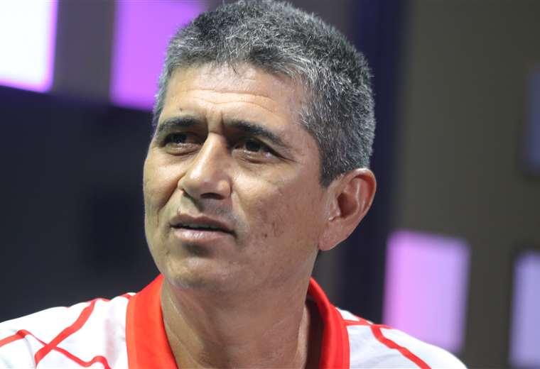 José Peña, entrenador de Real Santa Cruz. Los albos se alistan para visitar a Wilstermann. Foto: Jorge Gutiérrez