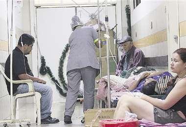 Este es un pasillo del Hospital Francés. Ante la falta de camas, los pacientes están en sillas. FOTO: Jorge Gutiérrez