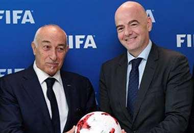 Gianni Fantino, presidente de la FIFA, y Philippe Pait, titular de la Fifpro, firmaron un convenio que beneficiará a los futbolistas. Foto: Internet