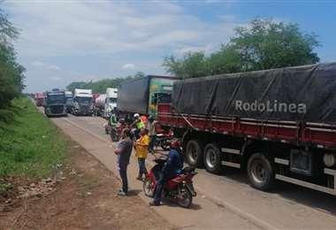 Existen largas filas de motorizados detenidos sobre la carretera. Foto: Gustavo Jiménez
