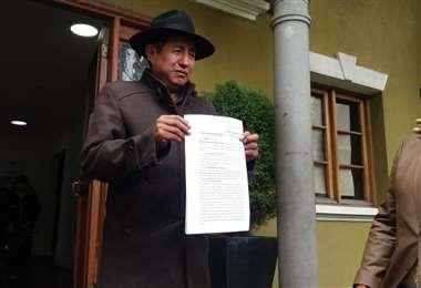 Quispe muestra el memorial que presentó ante el TSE. Foto: Prensa de Rafael Quispe