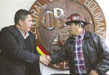 El ministro de Trabajo saluda a Huarachi, máximo dirigente de la COB. Se reunieron ayer en La Paz.