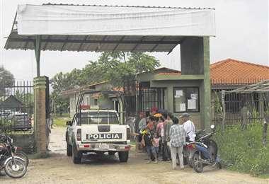 En el ingreso a la cárcel de Mocoví donde llegaron, preocupados, familiares de los internos. Foto: APG
