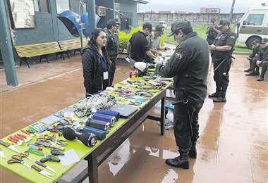 Artefactos eléctricos, armas cortantes, pistolas de juguete y alcohol fueron decomisados en Palmasola. Foto: Clave 300