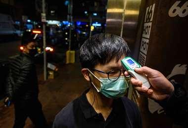 Los controles sanitarios para detectar a los sospechosos de portar el virus se intensifican en las capitales mundiales. Foto: AFP
