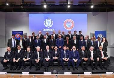 Miembros de la Conmebol y la UEFA tras la reunión de hoy en Nyon, Suiza. Foto: Conmebol