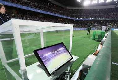 El videoarbitraje se implementó en el fútbol italiano la temporada 2017-2018. Foto: Internet