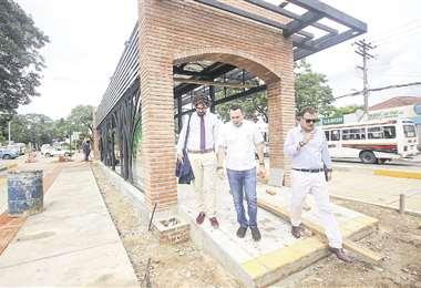 Personeros de la CAF, junto al secretario de Movilidad Urbana, inspeccionaron ayer el primer anillo. Foto: Jorge Gutiérrez