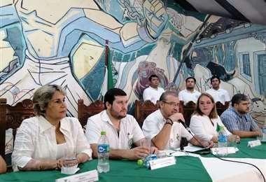 Las conclusiones de la asamblea de la cruceñidad fueron leídas ante el auditorio. Foto: Hernán Virgo