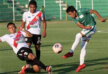 Kevin Salvatierra (dcha.) durante el partido ante Nacional. El jugador es baja obligada por dengue. Foto: Jorge Uechi
