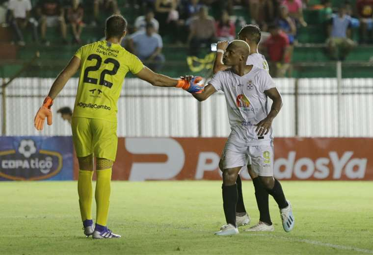 Carlos Navas (dcha.) comanda la ofensiva de Real Santa Cruz. Foto: Hernán Virgo
