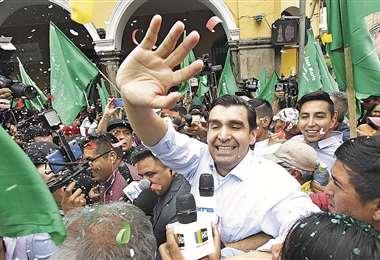 Los seguidores del alcalde Leyes le armaron el recibimiento con banderas verdes y bandas de música | APG