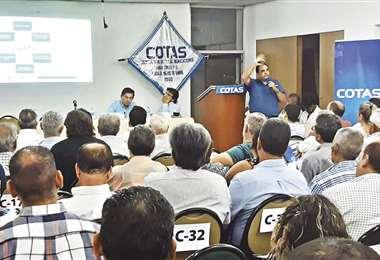 El presidente del Consejo de Administración de Cotas, Eduardo Moreno, en asamblea con los socios