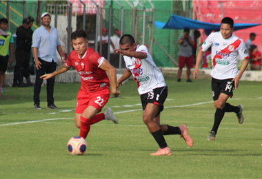 El partido entre el rojo del norte y el rancho guitarra de Potosí, se juega en Montero. Foto. Álvaro Durán