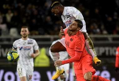 Icardi, del PSG, aguanta la presión de un rival. El argentino marcó un gol para los parisinos. Foto. AFP