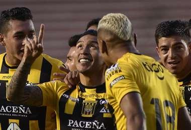 Cardozo (centro) es rodeado por sus compañeros después de marcar el único gol del partido ante Municipal Vinto. Foto. APG Noticias