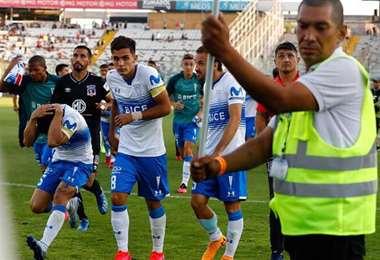 El clásico entre Colo Colo y la 'U' Católica fue suspendido por los petardos. Foto: Internet
