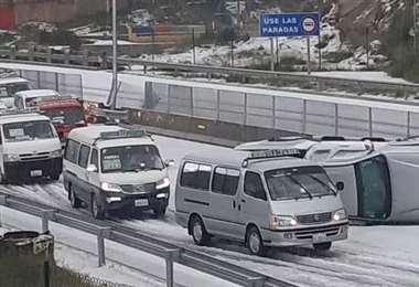 El tráfico en la autopista La Paz - El Alto fue interrumpido momentáneamente por un accidente. Foto. Contacto Bolivia