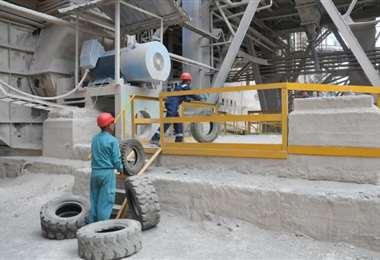 La empresa Cementos Cienfuegos S.A. es abanderada en Cuba en la quema de neumáticos fuera de uso, práctica que contribuye a sustituir importaciones, al requerir menos carburantes