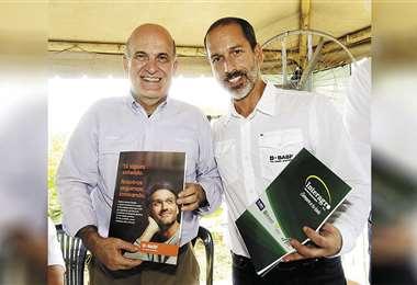 Eduardo Nostas (Interagro) y Mariano Ojalvo (BASF) tras la firma. Foto: Gabriel Vásquez