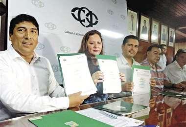 Capobianco (centro) en oficinas de la CAO durante la firma del convenio que busca acelerar la titulación de predios. Foto: Juan Carlos Salinas