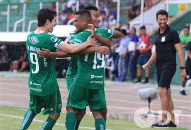 Salinas es felicitado por sus compañeros. Fue el domingo ante Real Santa Cruz. Marcó un gol. Foto: Internet