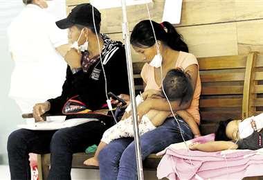 Los niños enfermos de dengue son asistidos en bancas ante la falta de camas. Foto: Jorge Guitérrez