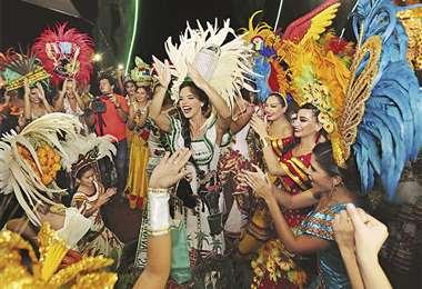 El tradicional Café de Reinas reunió a medio centenar de soberanas del Carnaval. Foto: Landívar