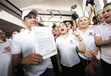 El exlíder cívico cruceño, llegó al Comité pro Santa Cruz en compañía de sus candidatos y seguidores. Foto: Hernán Virgo
